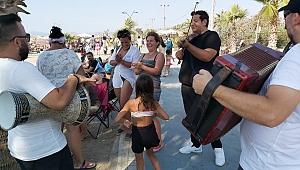 Kuşadası'nda müzisyenler bayramda da coşturdu