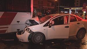 Otomobil park halindeki belediye otobüsüne çarptı: 1'i ağır 4 yaralı