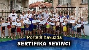 Portatif havuzda sertifika sevinci