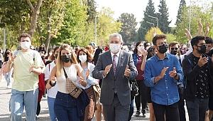 """EÜ'den öğrencilere """"Şenlikli"""" karşılama"""