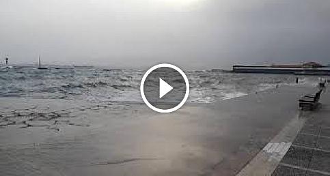 İzmir'de fırtına deniz ulaşımını engelledi